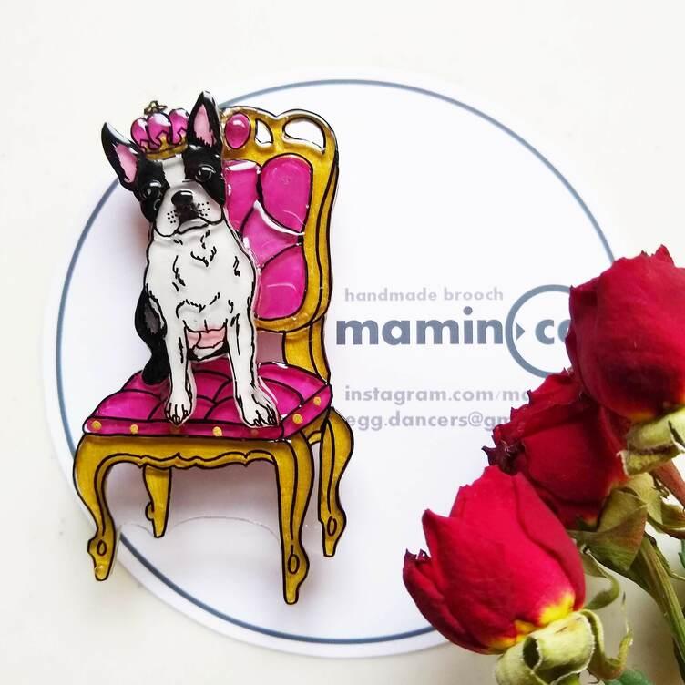 うちの王様👑 アンティーク椅子のブローチ